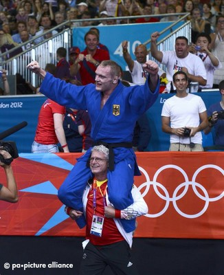 epa03335539 Dimitri Peters of Germany on the shoulder of his coach after defeating Ramziddin Sayidov of Uzbekistan to win the bronze medal in the 100kg Judo at the London 2012 Olympic Games Judo competition, London, Britain, 02 August 2012. EPA/JOHN G. MA